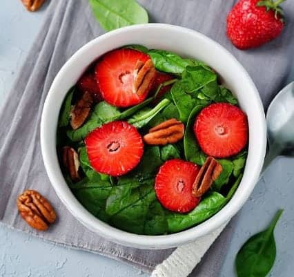 green-salad-with-red-tomatoes